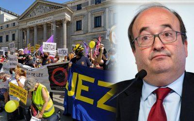 Els treballadors públics interins declaren la guerra a l' 'Icetazo' Es manifestaran avui a diverses poblacions catalanes contra un reial decret que consideren injust i estèril per acabar amb la temporalitat del col·lectiu